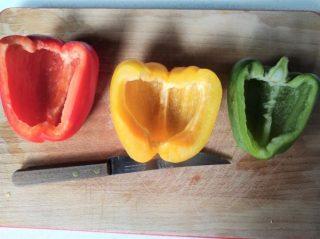 pulite e svuotate i peperoni
