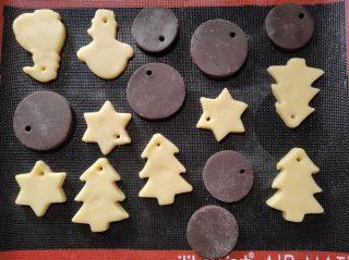 stendere frolla e realizzare biscotti con stampi