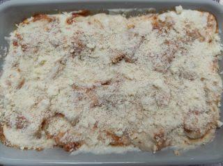 spolverare di formaggio grattugiato i paccheri ed infornare