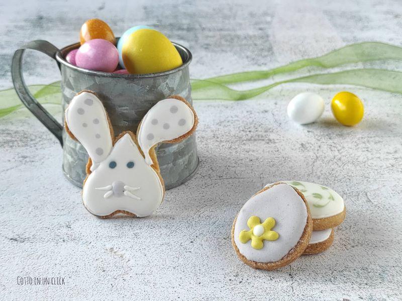 biscotti di Pasqua decorati con ghiaccia reale
