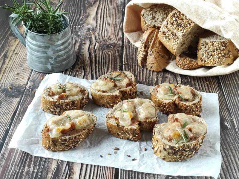bruschette con salsiccia e mozzarella
