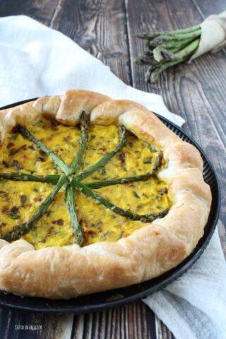 cuocete la torta salata con asparagi e servite