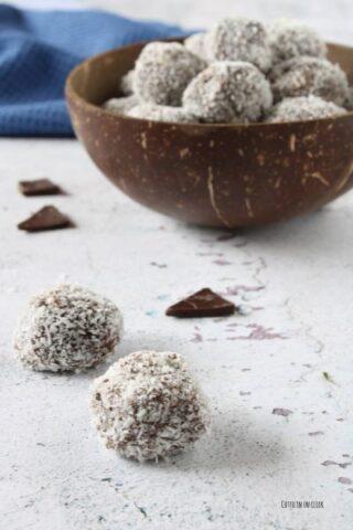 preparazione dei tartufi al cocco e cioccolato