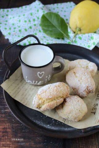 sfornate i biscotti al limone lasciateli raffreddare e serviteli
