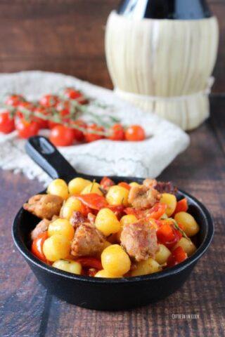 preparazione dei gnocchetti con salsiccia e pomodorini