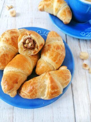 Mini cornetti con Nutella e nocciole tostate