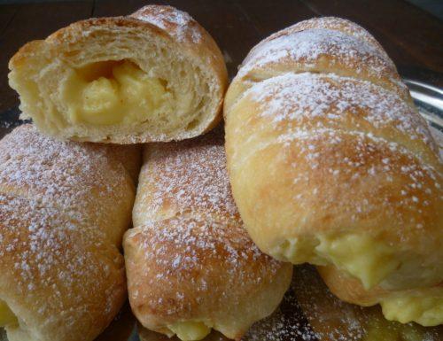 Cannoli con pasta madre ripieni di crema