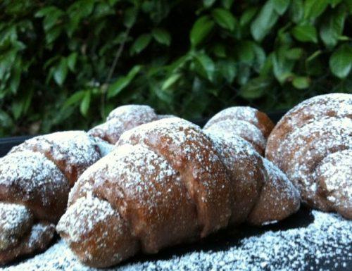 Cornetti di pasta al cacao con confettura di fichi