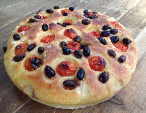 focaccia con semola rimacinata, olive e pomodorini
