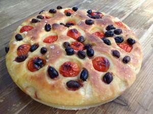 focaccia con semole rimacinata, olive e pomo