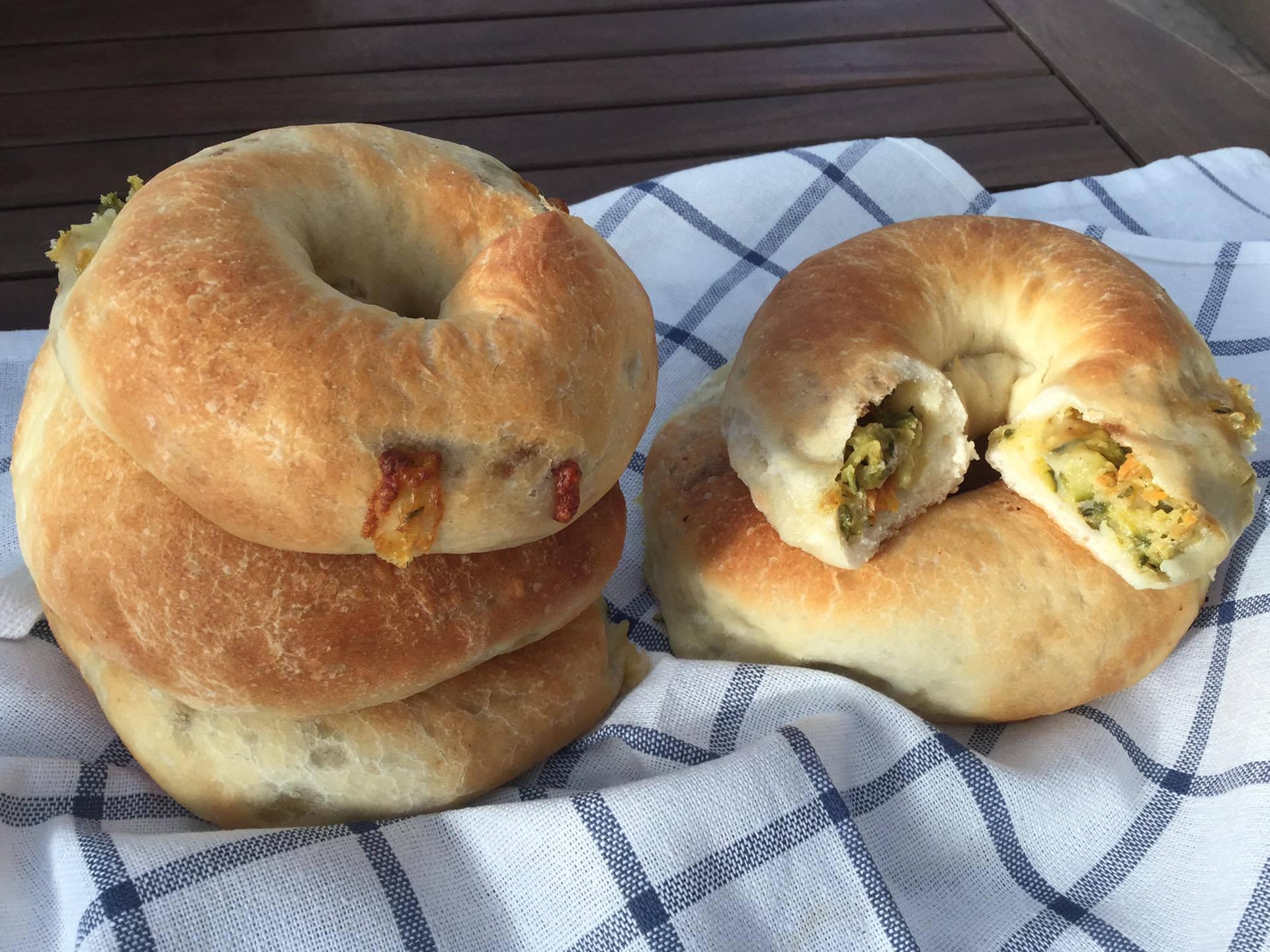 ciambelle lievitate con verdure e Asiago