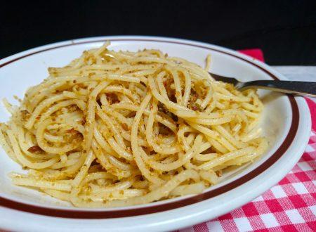spaghetti briciole acciughe e pesto