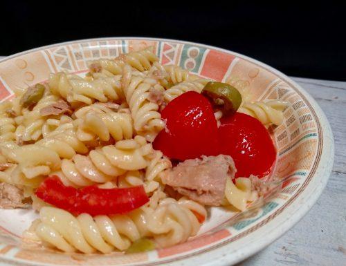 pasta fredda con tonno olive e pomodorini