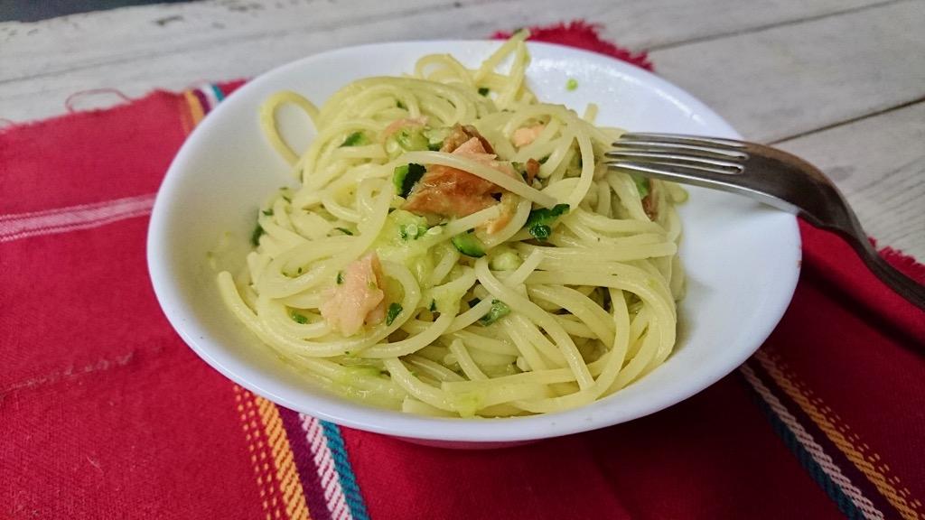 spaghetti con pesto di zucchine e salmone