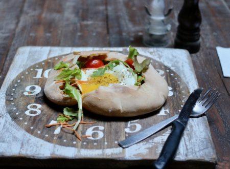 Pane palloncino con misticanza e uova all'occhio