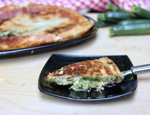torta salata di pasta sfoglia con zucchine cotta in padella