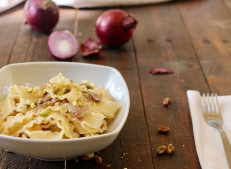 reginette cremose con cipolla pistacchi robiola