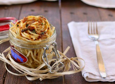 Spaghetti con filetti di acciughe e briciole
