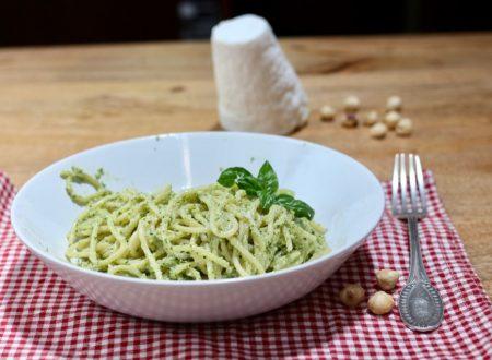 Pasta al pesto di basilico, nocciole e ricotta salata
