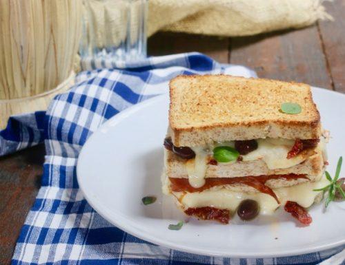 supertoast con pomodori secchi e olive