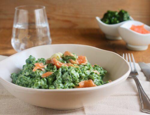 Spatzle agli spinaci con panna e salmone