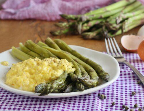 Asparagi con uova strapazzate cremose