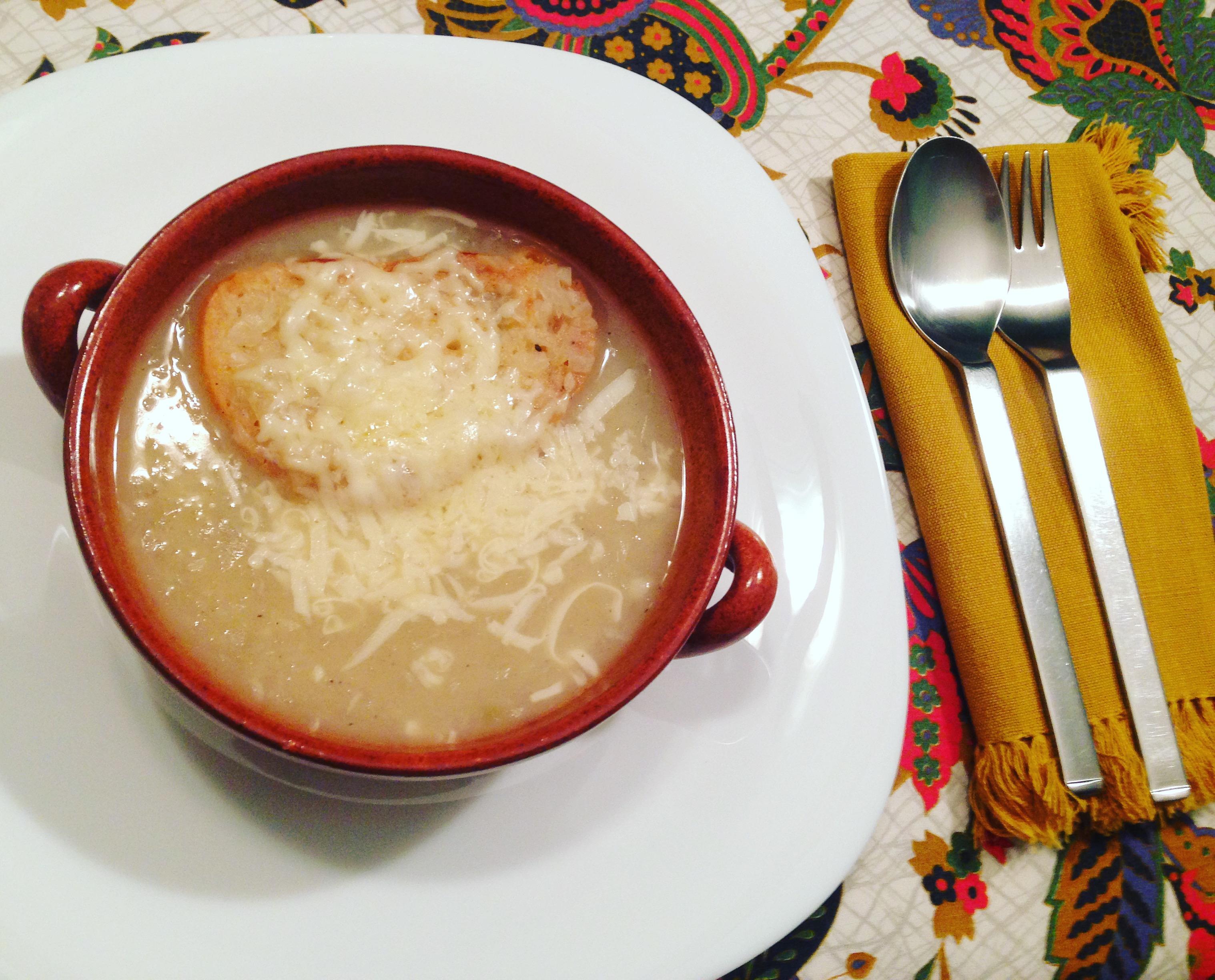 Zuppa di cipolle francese o soupe a l`oignon gratinée