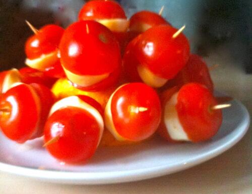 Bocconcini di pomodori, scamorza affumicata e acciughe