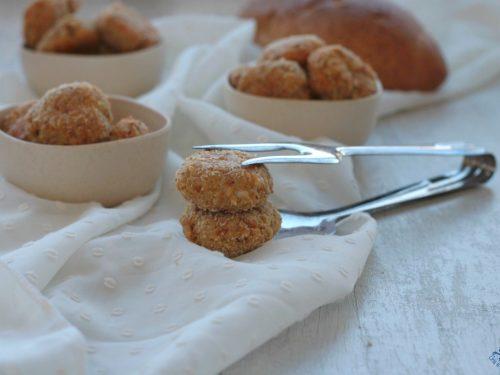Polpette di pane e mozzarella, ricetta fritta o al forno.