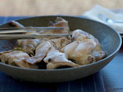 Coniglio arrosto in padella, ricetta facile e gustosa