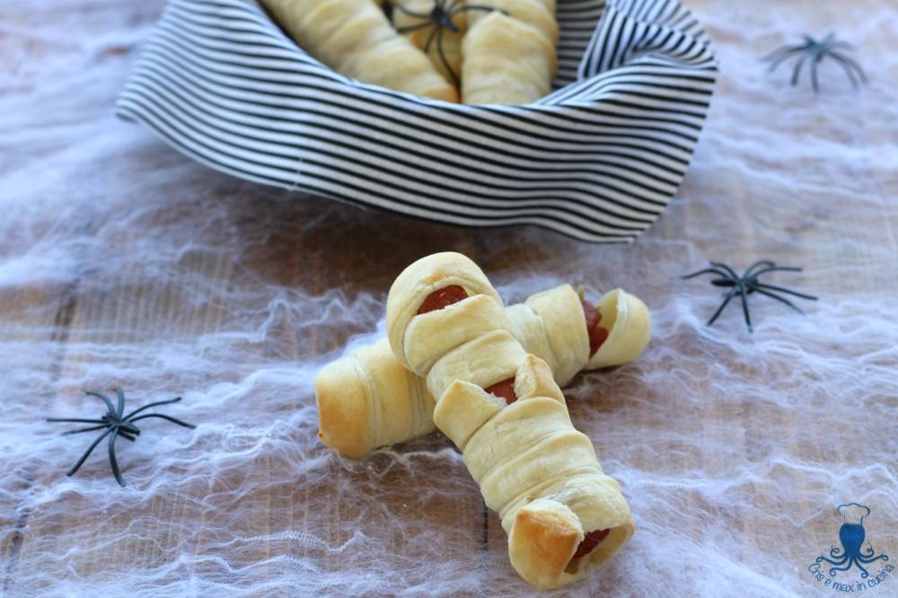 Mummie di Pasta Sfoglia con Wurstel, Ricetta Mostruosa di Halloween
