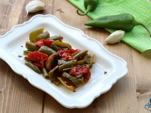 Peperoni verdi in umido, ricetta vegetariana facile e veloce