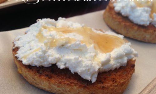 Crostini di  formaggio caprino, ricetta sfiziosa
