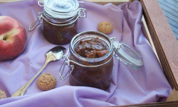 Pesche cotte con cioccolato e amaretti, ricetta dolce