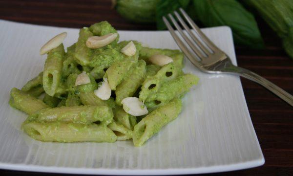 Penne con il pesto di zucchine, ricetta estiva