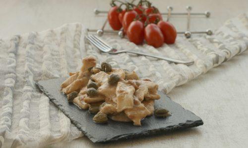 Straccetti di pollo capperi e acciughe, ricetta veloce