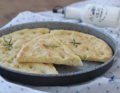 Focaccia con fiocchi di patate, ricetta lievitata sfiziosa