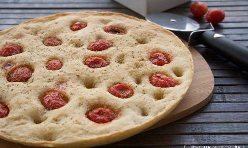 Focaccia ai pomodorini, ricetta lievitata vegana