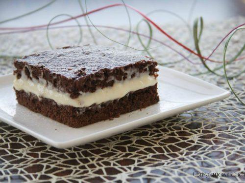 Torta al cioccolato farcita con crema