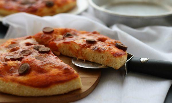 Pizza al tegamino con i würstel, con licoli