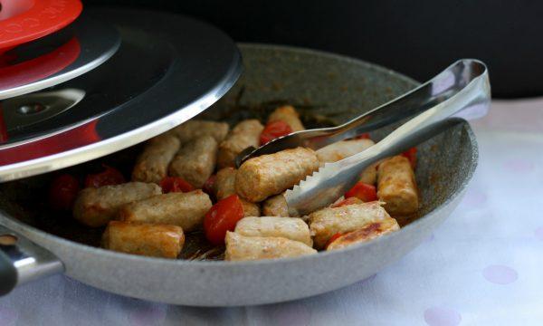 Salsiccia pomodorini e aromi con Magic Cooker