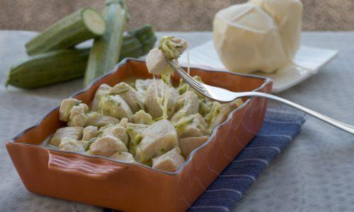 Bocconcini di pollo con zucchine e scamorza, ricetta veloce