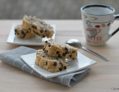 Biscotti al miele e gocce di cioccolato, ricetta golosa