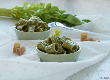 Pasta integrale con pesto di sedano e mandorle, ricetta vegetariana