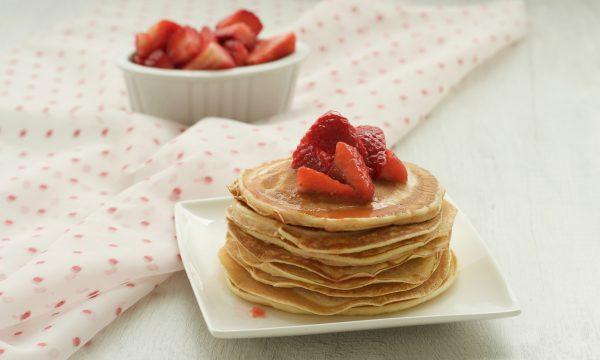 Pancakes light alle fragole, ricetta golosa senza latte