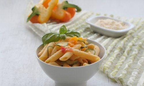 Penne con zucchine e peperoni, ricetta facile e veloce