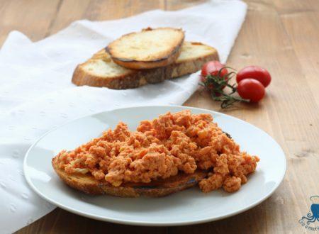 Uova strapazzate al pomodoro, ricetta facile e veloce