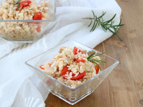 Insalata di riso con tonno e salmone, ricetta facile e saporita