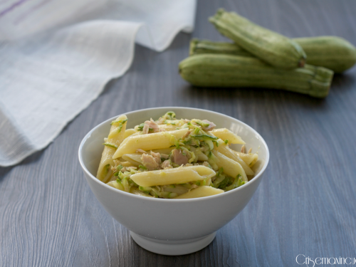 Pasta con zucchine e tonno.