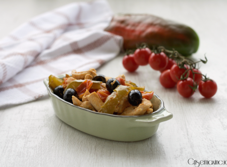 Straccetti di pollo con peperoni, pomodori e capperi